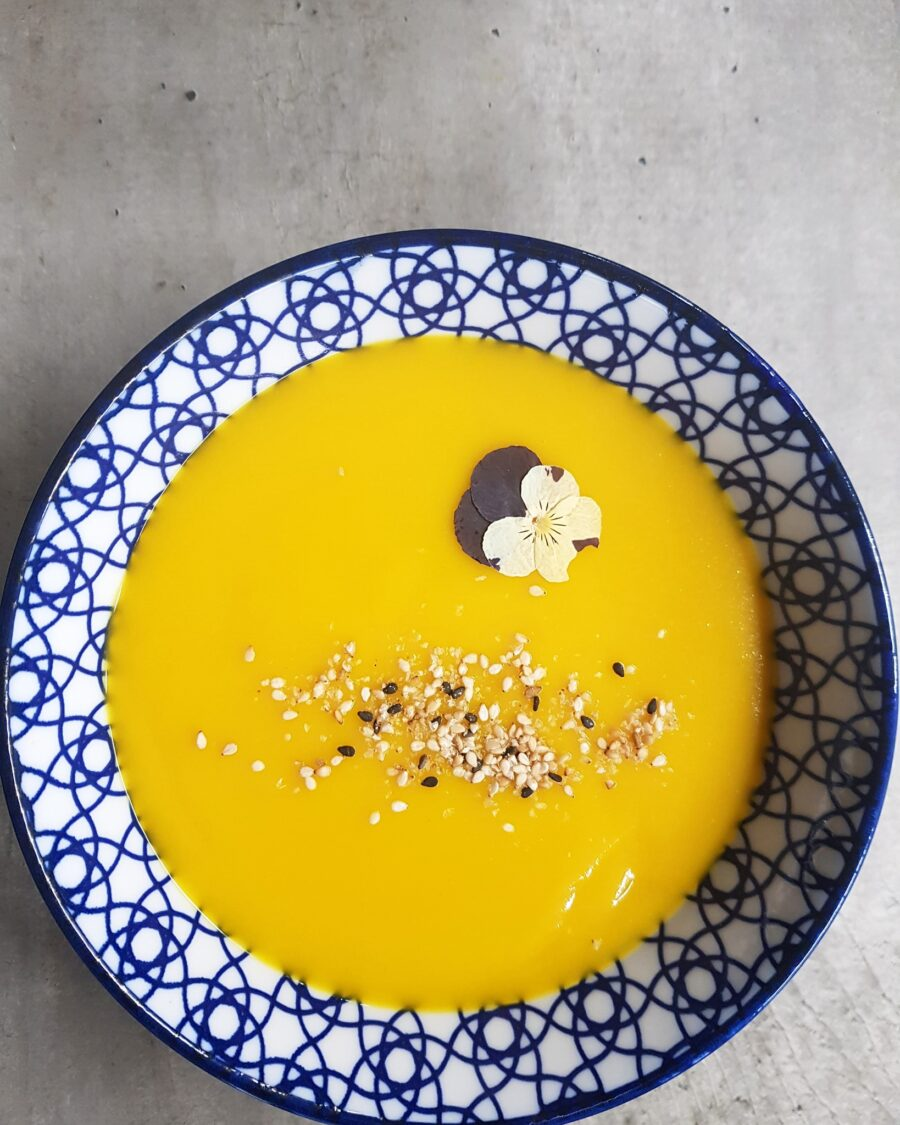 Crema di zucca, yogurt vegan di cocco e curry