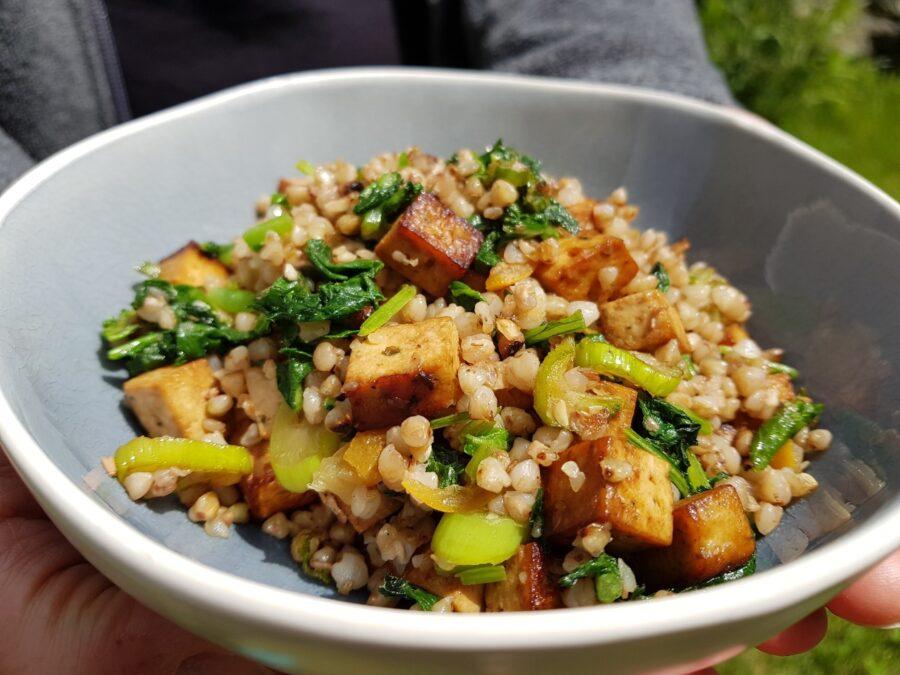 Grano saraceno alle foglie di rapanello e tofu