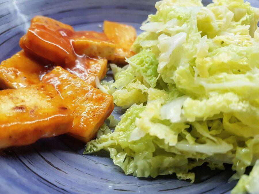 Tofu in agrodolce con insalata tiepida di verze