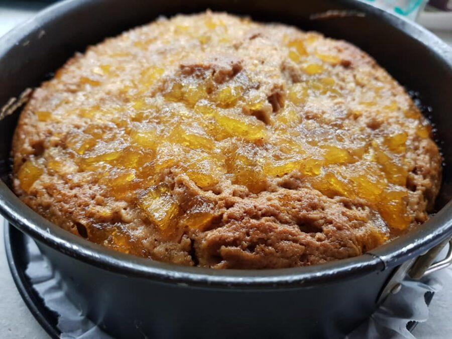Torta deliziosa con marmellata caramellata