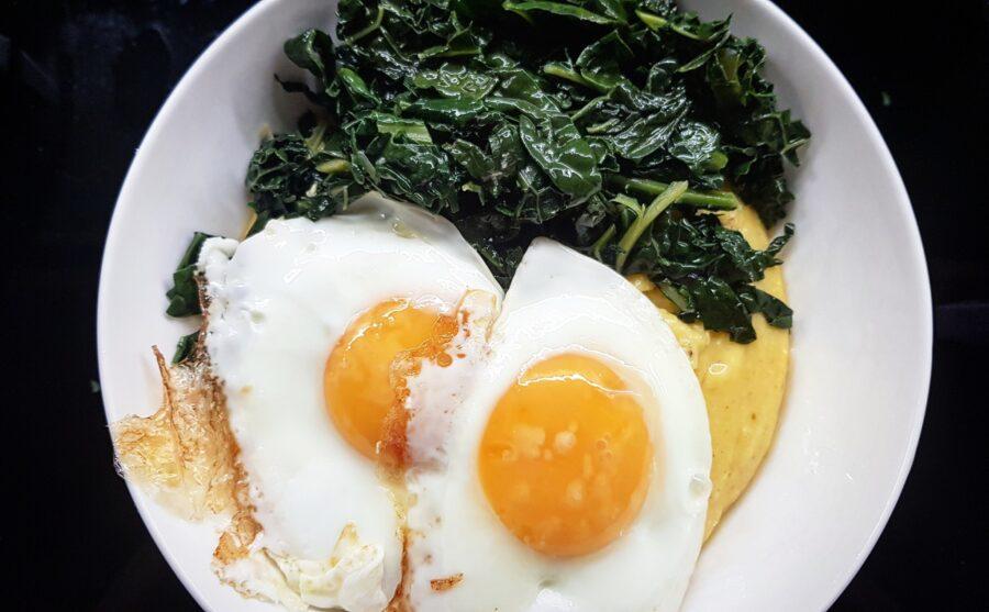 Cavolo nero all'aglio con polenta e uova al tegamino