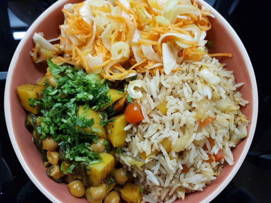 Piatto misto di curry, riso, insalata