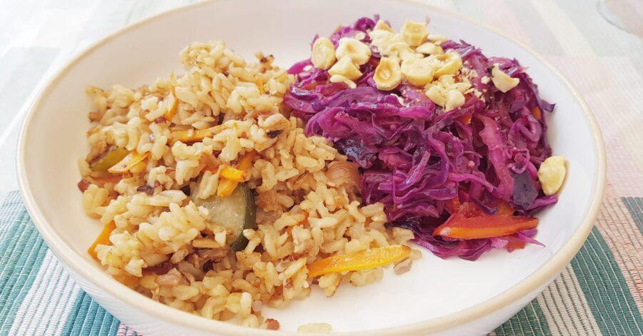 Riso integrale fritto agli ortaggi con cavolo viola e peperoni alle nocciole
